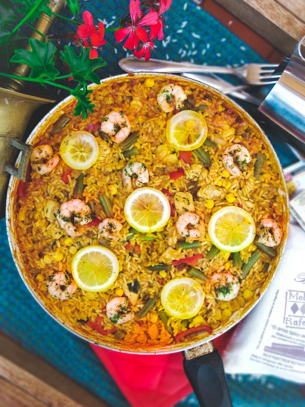 Španělská Paella s tygřími krevetami - Kdybych měla vybrat jeden recept, který si ode mě žádáte snad úplně nejvíce, tak by to rozhdně byla tato španělská Paella! Každý den mi chodí minimálně dvě zprávy na toto téma a tak vám už dnes konečně napíšu i sem na blog pořádný recept...