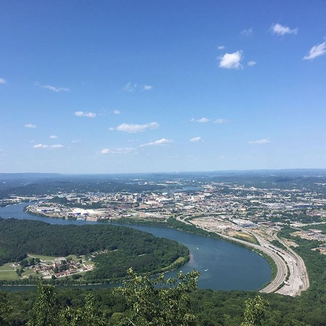 Dreaming of blue skies over Chattanooga! What's your favorite spot in the scenic city? #vine324 #lifeonvinestreet #chattanooga #chattanoogatn #blueskies #summer #sceniccity