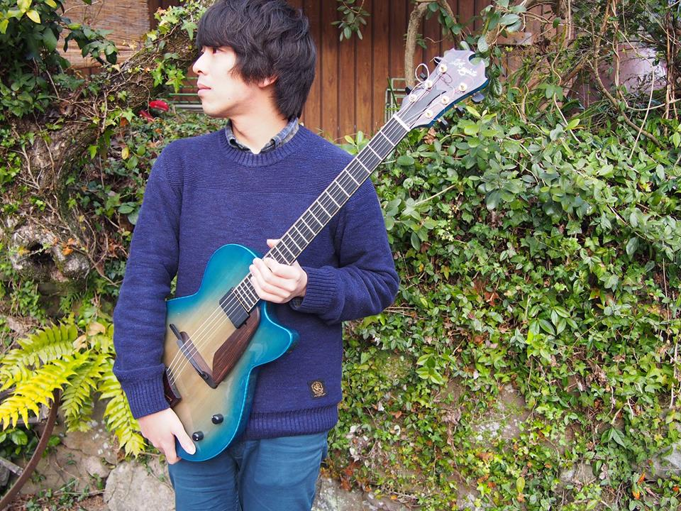 となりのうみ 宮崎真司 (guitar)  1985年熊本生まれ。中学入学と同時に友人達と音楽を始める。中学〜高校は、主にRockやBluseに興味をもつ。 宮崎大学入学後、モダンJazz研究部に入部し、初めてJazzや即興演奏に触れ、加藤崇之、津村和彦等、日本のミュージシャンに強い影響を受ける。 2011年渡米。NYのクイーンズに居を構え、作曲を山本恵理(Piano)、ギターをBrad Shepik(Guitar)、Nate Radley(Guitar)に師事し、Contemporary JazzやImprovisation、Compositionについて学ぶ。Brooklynのシーンのミュージシャンに影響を受けながら、様々なミュージシャンと演奏活動をおこなう。 2015年4月、約4年のNY生活を終え、帰熊。Obiyama Guitar-Labを設立。JazzやRock、Electronica、Free Improvisation等の要素を織り交ぜながら自己の音楽を探求している。 現在は、九州、関東等のミュージシャンの熊本でのライヴをオーガナイズしたり、単身で関東/関西に行き、様々なミュージシャンと演奏活動を行なう。小林豊美(Flute)/東金城友洋(Sax)とのユニット「かんきゅう」で九州ツアー、関東公演等を行い、好評を得る。また、NY時代から交流のある竹内郁夫(Drum)とのトリオでのツアー等、徐々に演奏活動の幅を広げている。  facebook イベントページより