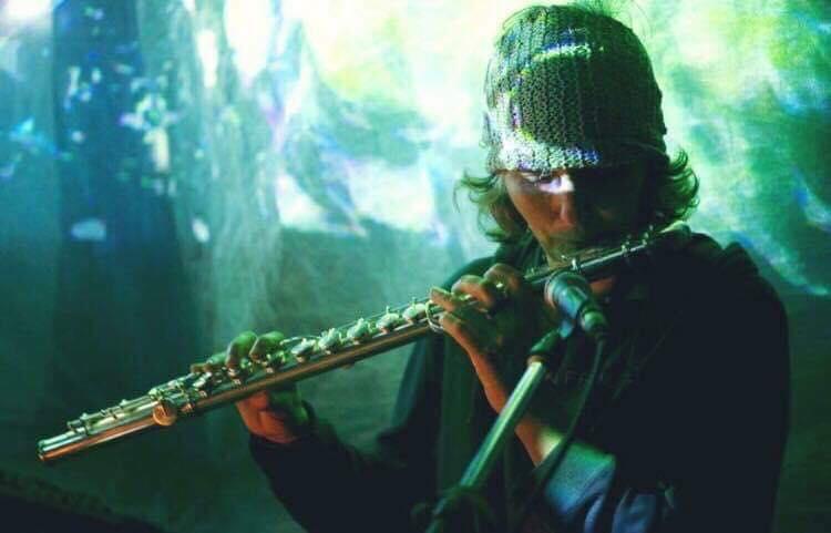 Marys dumas (flute)  カナダ生まれ。宮崎市在住。 20年以上にわたってハタヨガ、アイアンガーヨガ、シバナンダヨガなど様々なヨガを体得し、Victor ChangやSarahPowersの指導のもと、陰ヨガ(Ying Yoga)講師としての資格を習得。最近ではタイにて200時間のハタヨガWorld Yoga Allianceも習得。 海のそばに住み、ハーブや花々を庭に育て、 すべて自然のものを原料にオーガニック100%のヘンプシャンプー、軟膏など手作り、販売しています。  ミニアルバム「5 Elements」をリリース中