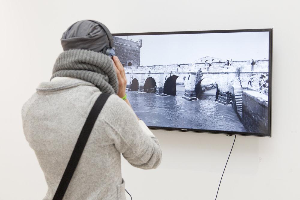 Instalación de Noemi Sjöberg, Sombras, 2017, vídeo HD (4K), B/N, sonido, 2'55''.