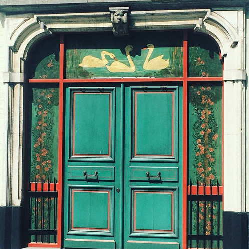 I love everything about this doorway; the colour, the design and the swans are just so on point.