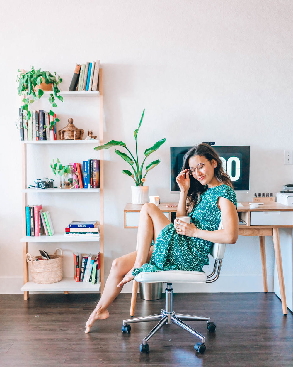 How I maximize my time as a creative entrepreneur | Want a peek into how I run my day as an entrepreneur? In this post, I'll show you how I structure my time to do #allthethings required to run a successful online business and still have time for a life. You'll get my favorite time management tips + productivity hacks, plus a free calendar download so you can put these strategies into action! | Om & the City Blog #OmAndTheCity #timemanagement #productivity #creative entrepreneur #organization
