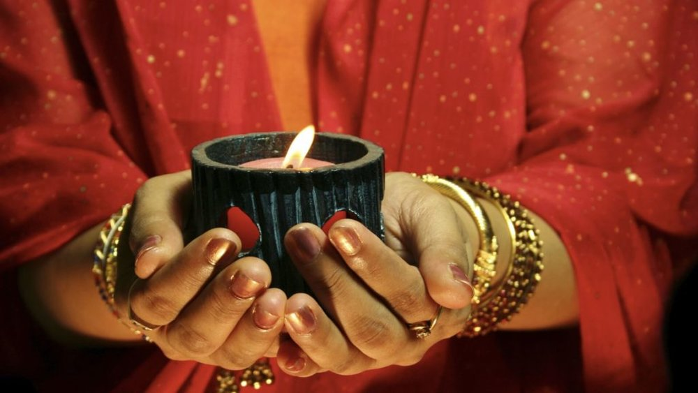 women-with-candle-in-her-hands-for-diwali-1024x576.jpg