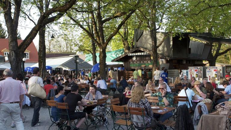 Locals and visitors enjoy the Hirschgarten beer garden   © Björn Láczay / Flickr