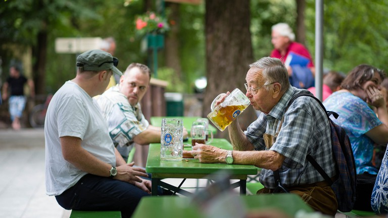 Munich locals beer drinking   © N i c o l a / Flickr