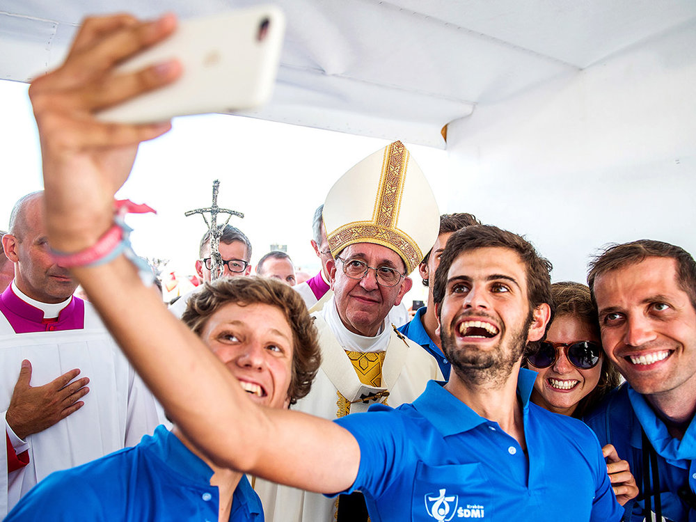 Young-people-take-selfie-with-Pope-Francis-in-Krakow.jpg