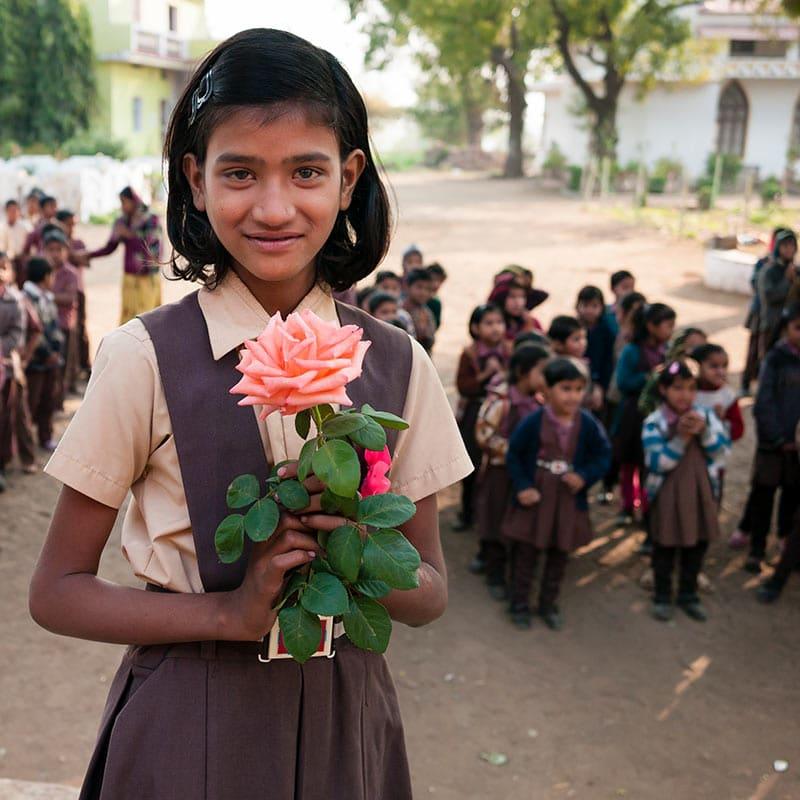 Maedchen-mit-Blume-Indien-Pallottiner.jpg