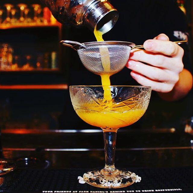 Wat past er nou beter bij dit mooie weer als een verse cocktail! ☀️ #zon #lekkerweer #weekend #cocktails #gouda #dependancegouda #aandemarkt #bar #bartender #mixology #fresh #juice #lime #ananas #ofenenes #