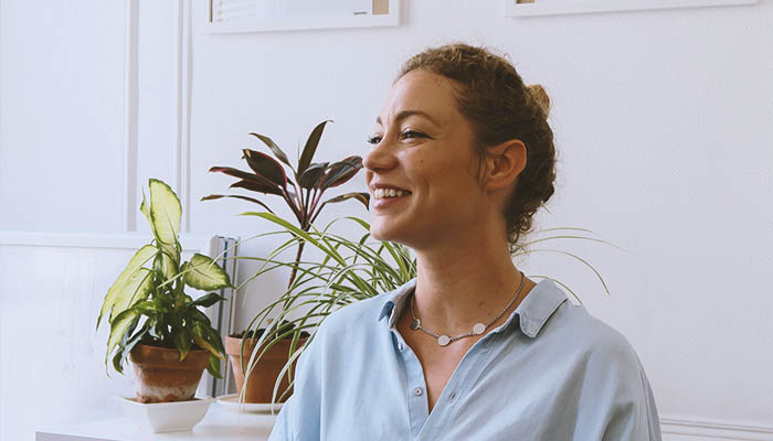 Bérengère de Contenson-A 30 ans, elle travaille comme chef de projet construction pour une chaîne d'hôtels.Un métier exigeant aux multiples défis, notamment celui de rester femme… - Son parfum Marcelle : Heliodor