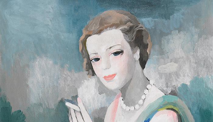 Marcelle Dormoy-Entrepreneuse, influenceuse, audacieuse et créative. En 1927, la jeune Marcelle saute le pas et fonde sa maison de couture et de parfum à Paris, dans un contexte bien peu favorable à l'entreprenariat féminin. -
