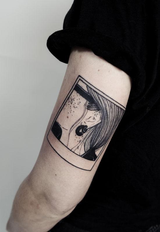 Frauenkopf Polaroid Instagram Flash Tattoo Schwarz, von Eva Schatz, MINT CLUB Tattoo Atelier, Salzburg