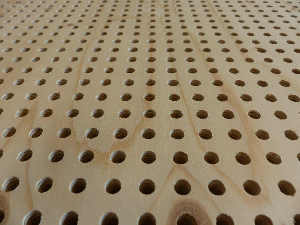 Sonans - Geperforeerde KertoQ voor akoestische toepassingen. Voldoet aan de eisen gesteld door NOC*NSF. Gemaakt van PEFC-gecertificeerd Fins vurenhout. Onder hoge druk watervast verlijmd waardoor de densiteit hoger ligt dan van vurenhout.Sonans heeft een warme natuurlijke uitstraling.