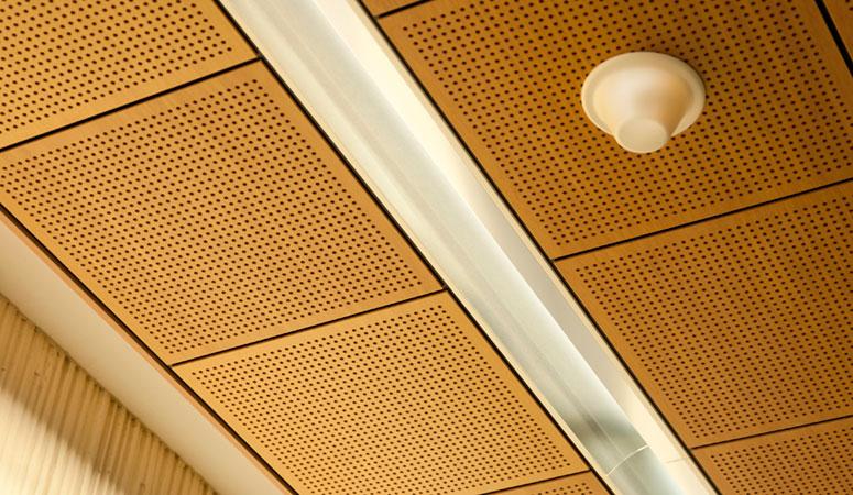 MDF perfo - Voor minder zwaar belaste panelen is MDF (eventueel voorzien van fineer) een prima oplossing. Ook brandvertragend te verkrijgen. De gaatjes worden aangebracht in een raster met een hart op hart afstand van 16 of 20 mm. Dobbelsteen-5 patroon is ook mogelijk.