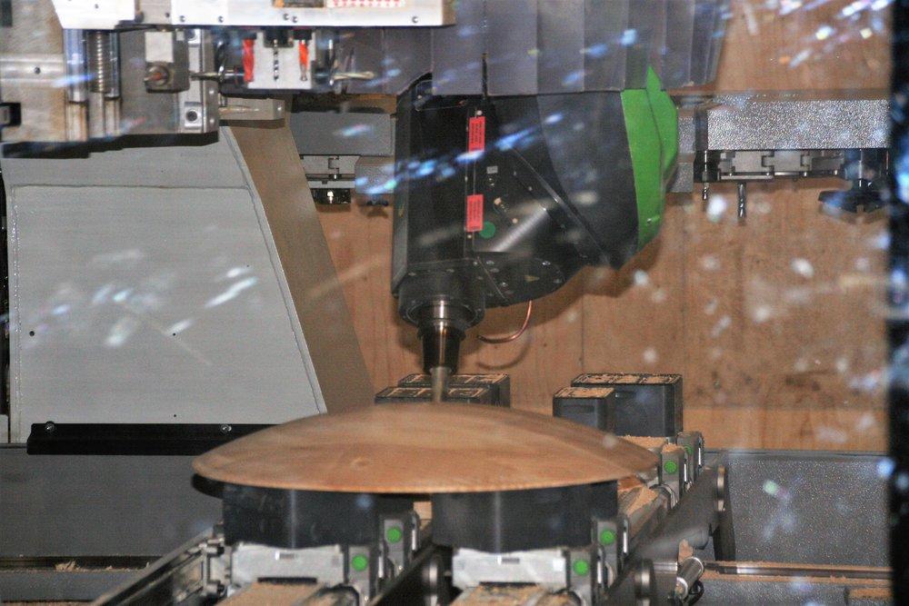 5-assig - Vooral voor de meubelproducten een snellere productie van complexe vormen. Vanwege de grote opspantafel ook nog de mogelijkheid om te pendelen waardoor wisseltijden beperkt worden.