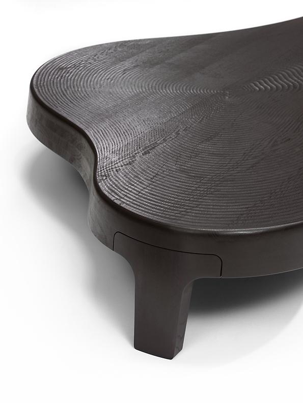 Meubels - Uit massief hout maken wij seriematig designtafels en kantoormeubelen. Wij zorgen dat ze afgelakt, gemonteerd en verpakt zijn. De meest gebruikte houtsoorten zijn eiken, noten, essen en beuken.Voor een internationaal opererende afnemer maken wij hoogwaardige brood- en kaasplanken.
