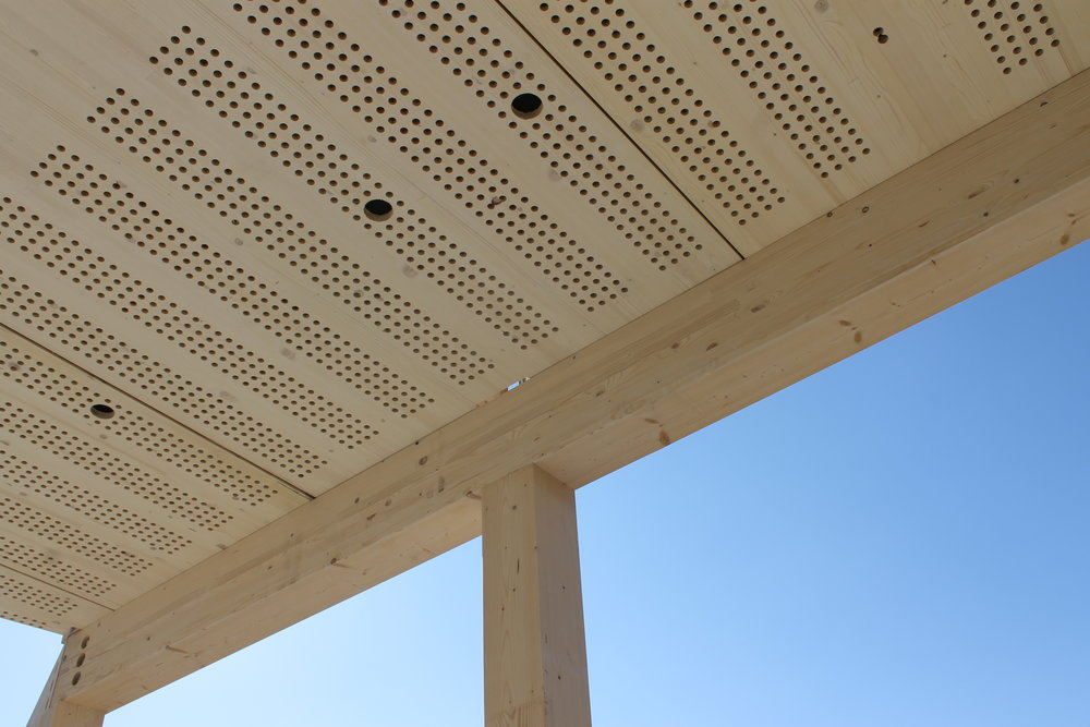 Wand en Plafondpanelen in kantoren en publieke ruimtes - Toegepast ter verbetering van de akoestiek en het algehele comfort in diverse ruimtes.