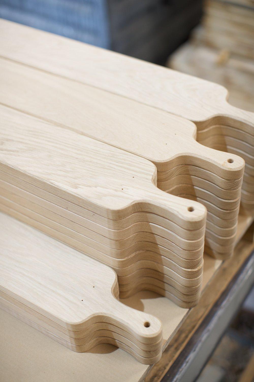Kaas- en broodplanken - De jarenlange ervaring in de meubelindustrie met massief hout wordt ook aangewend in de seriematige productie van hoogwaardige serveerplanken uit met name eiken- en notenhout.