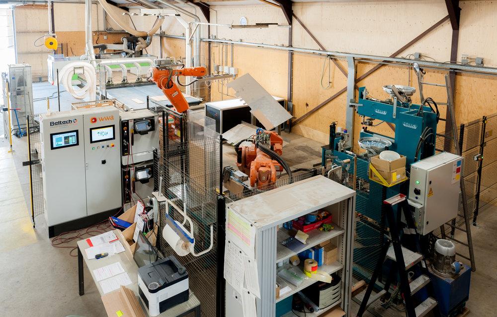 Gerobotiseerd - Producten met een grote herhalingsfactor voor met name de automotive worden op deze lijn geproduceerd. De robots zorgen voor een controle van maatvoering, kunnen inslagmoeren aanbrengen, gedeeltelijke coating aanbrengen en zelfs een stukje assembleren.
