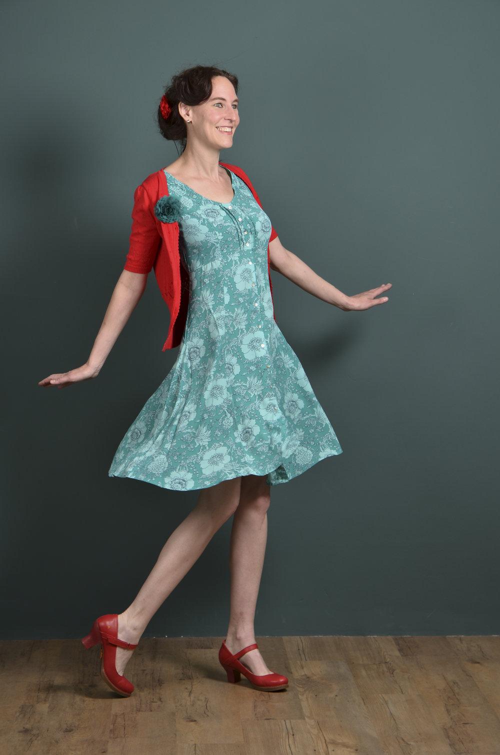 Het korte mouw vestje is van Bakery Lady's. De jurk is van In-Two. De schoenen zijn van ART en de bloemen zijn van Urban Hippies