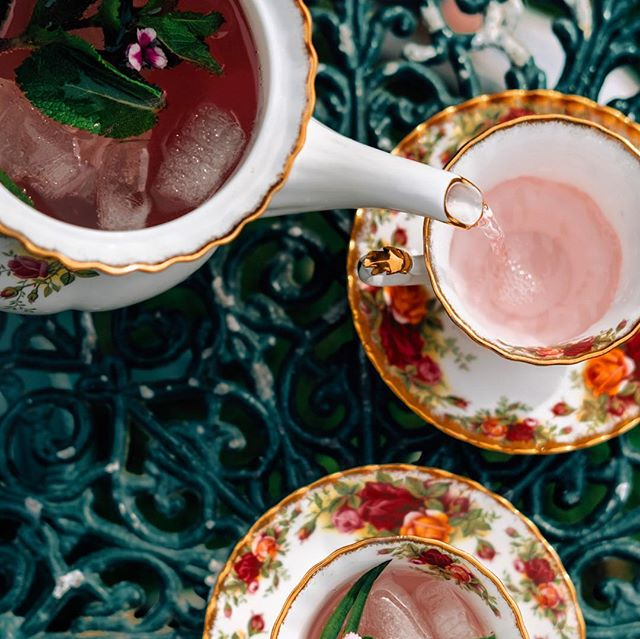 Delicate pink (gin) tea, served with chocolate mint in your granny's finest tea set is Sunday entertaining done biblically well. Proper order of course, don't forget your hat!  @copeland_gin and @londonessenceco tonic garnished with @helensbayorganic mint. Traybakes optional... #belfast #sundayspecial #amen #gininthecity