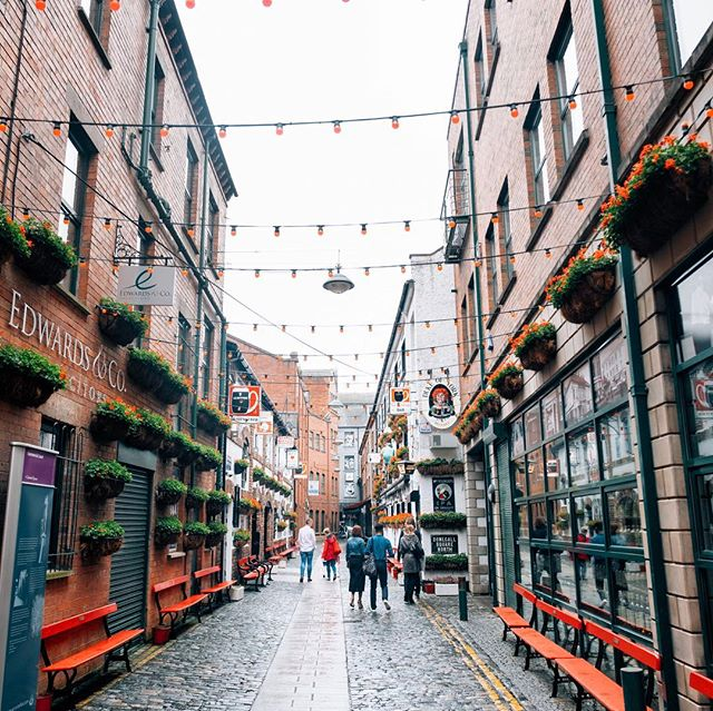 Quiet Monday streets in Belfast after the weekend's revelry. But you know the doors to our finest watering holes remain open, should you find yourself seeking a cosy nook with a weekday book #mondaymood #belfast #gininthecity #belfastginmap