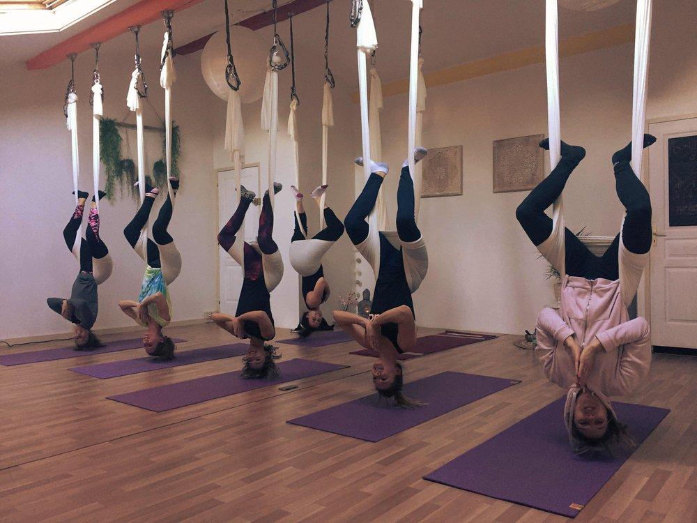 - Programmez la séance que vous souhaitez en fonction de vos envies.En extérieur, au studio, à domicile.Yoga, vinyasa flow, partner yoga, fly yoga, massage thaï en duo… Plusieurs pratiques pour un moment convivial de lacher-prise, de rires et de partage.