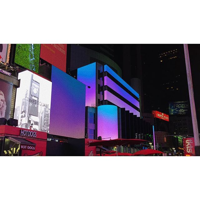 """ During the month of October, Vrai helped curate Times Square. This Midnight Moment is from artist @isabelitavirtual. """"Midnight Sunrise"""" brings the first colors of dawn upon  the city that never sleeps. . . . . . #nyc #timessquare #immersive #gradients #midnightmoment #dawn #sunrise #signaltonoise #vrai #staytrue"""