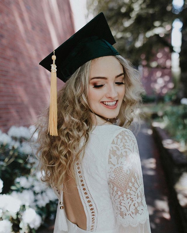 Congratulations to all the U of O grads today! I had the pleasure of doing this lovely's makeup for her grad photos with @catdossett 🙌💚💛🎓