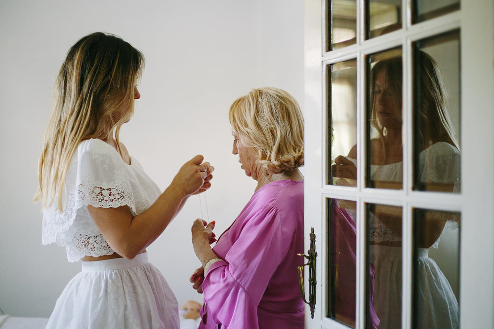 Fotografia da preparação da noiva em casa