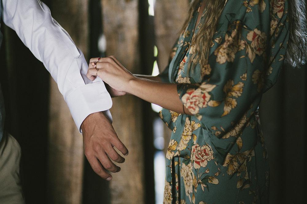 Madrinha e noivo na preparação