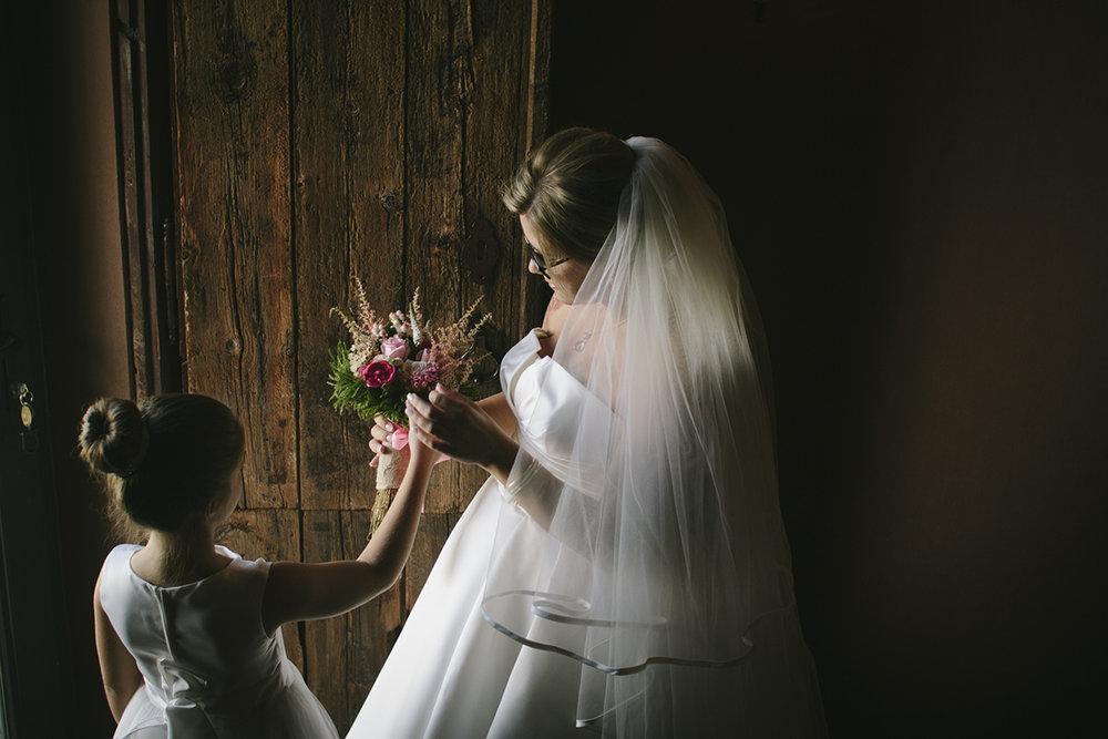 Mãe e filha com bouquet de casamento