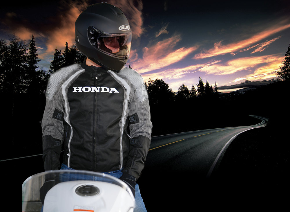INNOLITE® - Ultra reflective shoulders with 360 reflective stripes and logosReflective shoulders at night time- shown under headlight reflection
