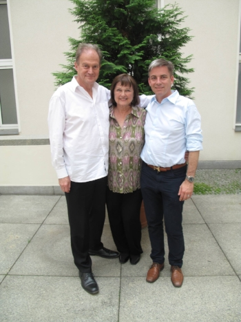 Marilee Zdenek mit Hendrik Backerra (rechts, Autor u.a. von »Kreativitätstechniken«) und Dr. Gerhard Huhn bei einem Kreativitätsworkshop 2014 in Berlin.