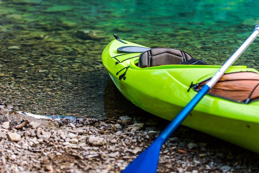 kayaking-on-the-lake-P2XYMNT.jpg