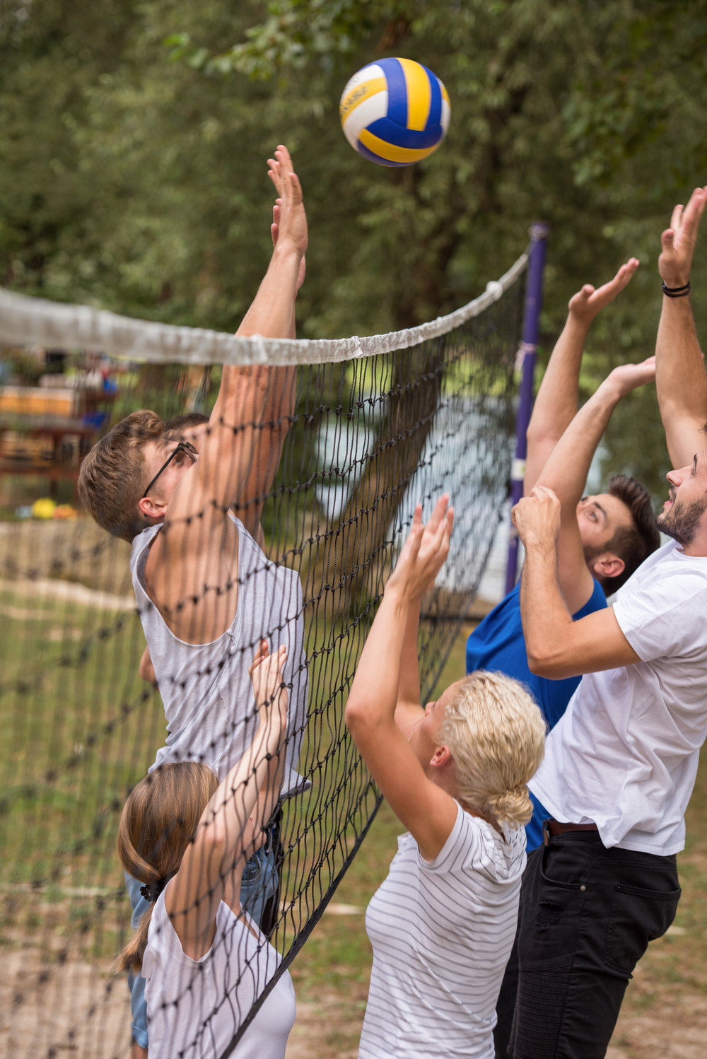 group-of-young-friends-playing-beach-volleyball-D9R2NJB.JPG