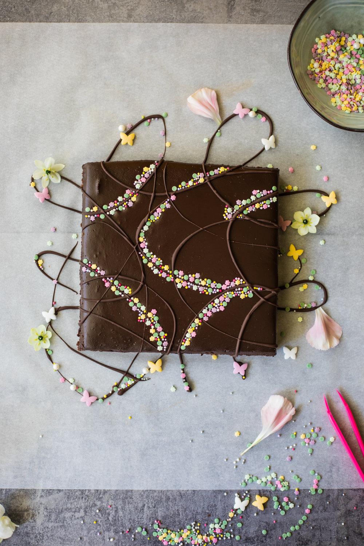 Brownie au chocolat et ganache au chocolat décoré avec des perles en sucre