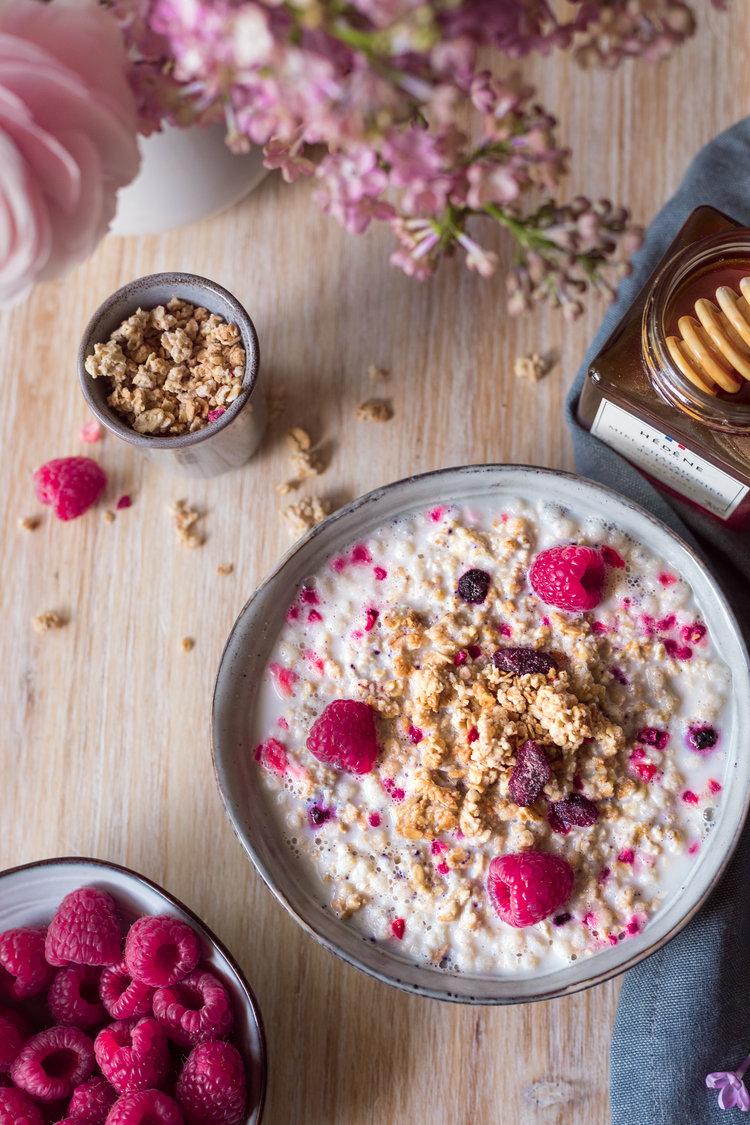 Porridge au museli, framboises et miel Hédène