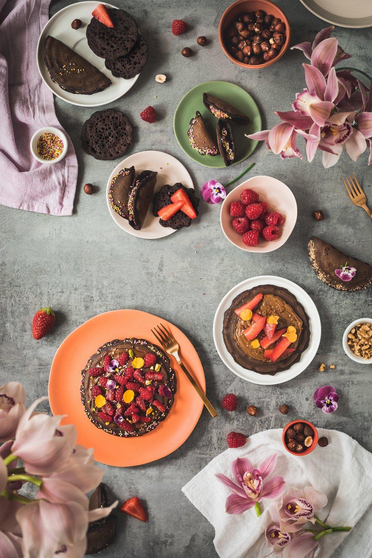 Atayef au chocolat sous différentes formes garnis avec du Nutella: formes traditionnelles partie haute de la photo et originales partie basse de la photo.