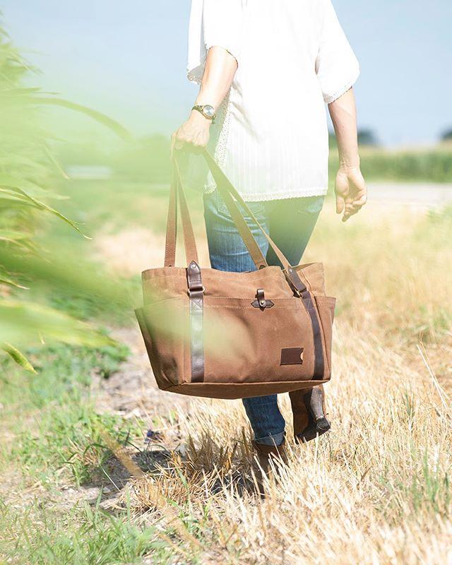 Hot Texas summers #smallbusiness  Bag @clarkandtaft  Model @silvia.nikolov