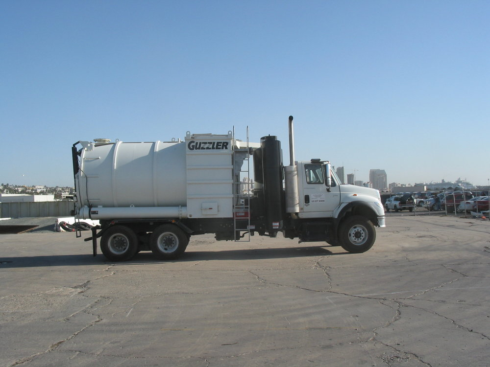 Vacuum truck for collecting solids and liquids