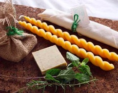 Sheryl Shore   :  Bougie de cire d'abeille et savon conçu avec des huiles essentielles. /  Beeswax candles and soap crafted with herbs and essential oils.   3825 Hampton