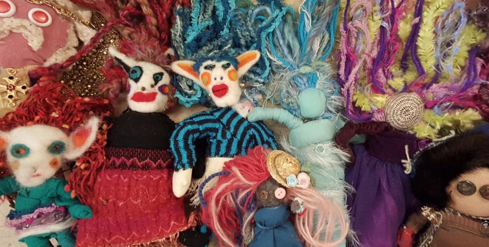 Fiona Keats:     Coloré et plein d'intention les poupées de Fiona sont fabriquées à partir de textiles recyclés. Ses tableaux sont aussi engageants. /  Colorful and full of intention Fiona's dolls are made from recycled textiles. Her paintings are equally engaging   Ruelle Belgrave-Hampton Lane