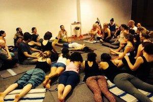 Experiencia Thai de Sanación  - WITH ALEJANDRA RUIZLa combinación de técnicas estáticas y dinámicas crea una danza sagrada que permite el paciente se relaje y entre en una experiencia profunda de liberación y apertura. El masaje tailandés es una comunión entre dos personas, una co-creación de contacto y presencia. La forma en que nos movemos, la forma en que respiramos, la forma en que tocamos, la forma en que permitimos que la curación suceda y fluya. Éste es el antiguo arte del masaje de yoga tailandés.