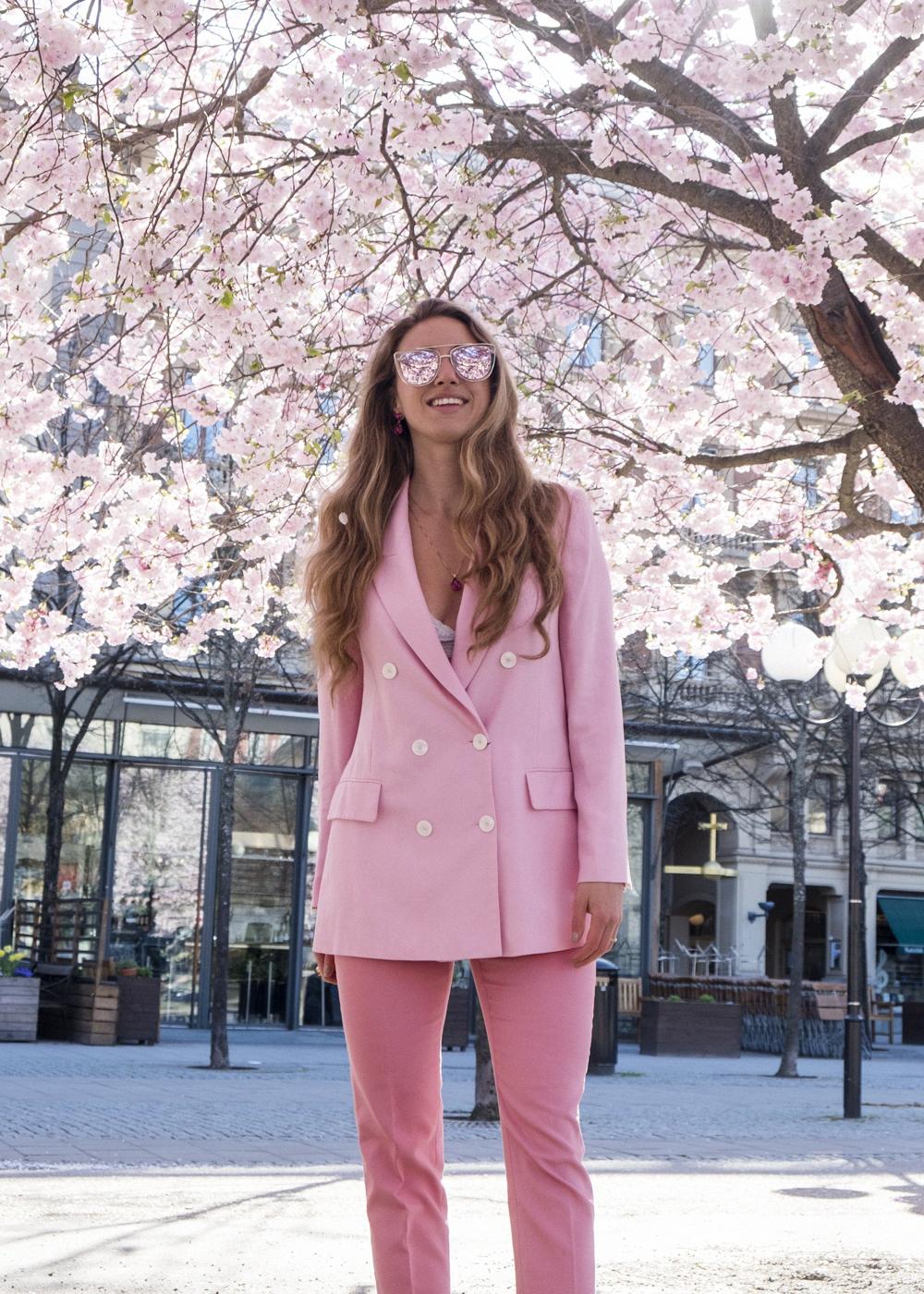 Angelica strålar i bubbelgumsrosa kavaj & byxor från ZARA