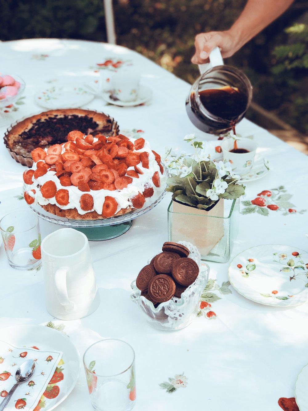 Mansikkakermakakku on kesän kahvipöydän must-juttu.