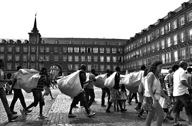 Manteros en la Plaza Mayor de Madrid. Foto: Jose Javier Martin Espartosa.