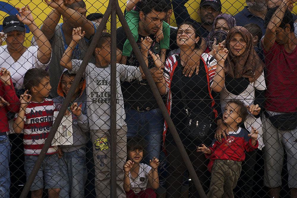 Mujeres y niños refugiados sirios golpeando la valla de la estación de ferrocarril Budapest Keleti. Foto: Mstyslav Chernov.