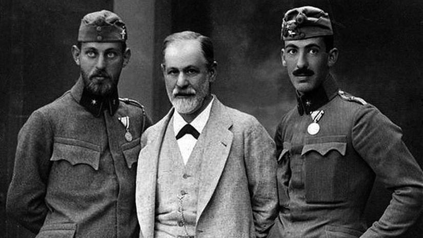 El psicoanalista Sigmund Freud (centro), acompañado por sus hijos. Foto: Flickr.