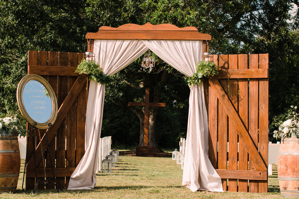 An idyllic outdoor ceremony area for this September Georgia wedding, pc: Twinkling Eye Photography